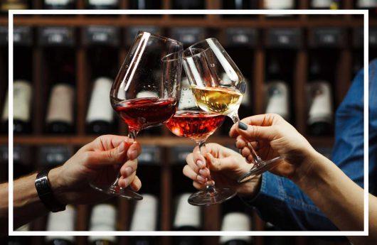 Schürmanns Genusswelten | Drei Personen, die Gläser mit Wein halten und Anstoßen | Weinwelt